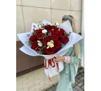 Букет из 17 роз и эустомы